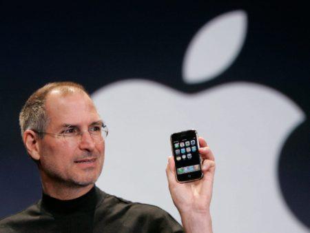 El lanzamiento del primer iPhone en 2007 por parte de Steve Jobs